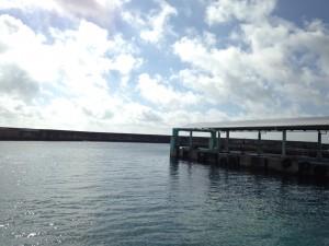 伊良部の佐良浜港。車が湖風でちょいちょい錆びてた…